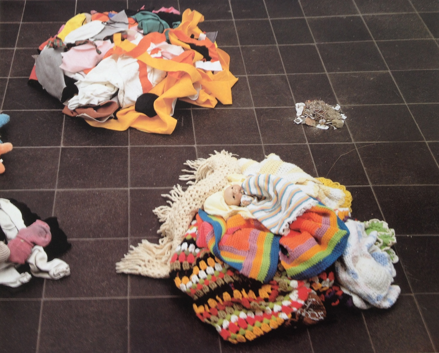 Mike Kelley: Five Piles, 1993.